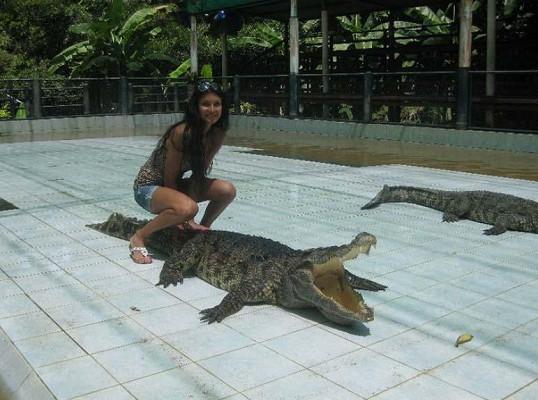 Julie se dokonce nebojí sednout si na krokodýla.