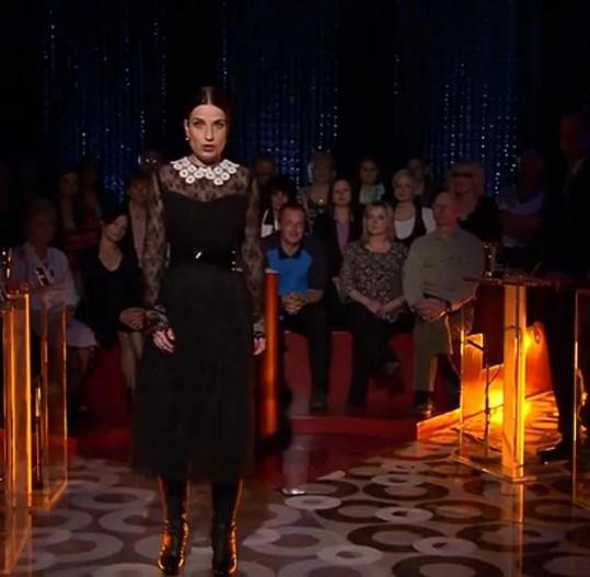 """Variace na sexy paní učitelku. Jílková má tendenci své outfity vždy nějakým prvkem """"usmrtit"""". V tomto případě posloužil límeček, který se tluče s černou krajkou."""