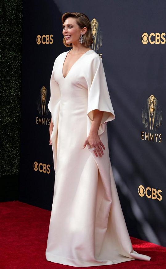 Elizabeth Olsen z WandaVision v šatech od sester Mary-Kate a Ashley. Minimalistický model vnesl v Los Angeles do dění trochu zdrženlivého půvabu.