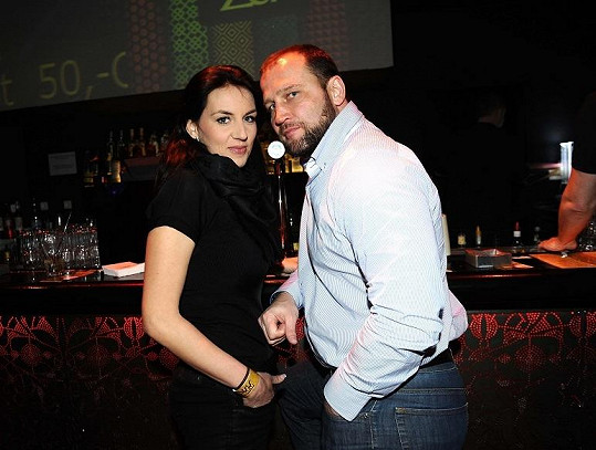 Lucie Králová s Jiřím Šlégrem zůstali na baru.