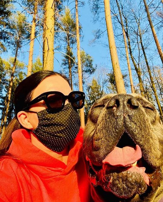 Anna K. se svým obřím psím miláčkem na vycházce v lese