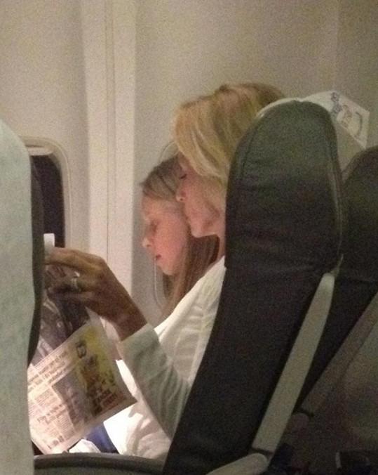 Kateřina si během letu chvíli četla, pak spala.