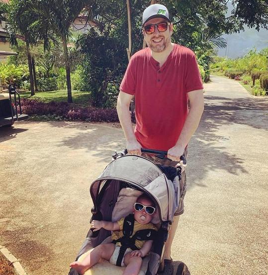 Bývalý moderátor byl na exotické dovolené i se svou dcerou.