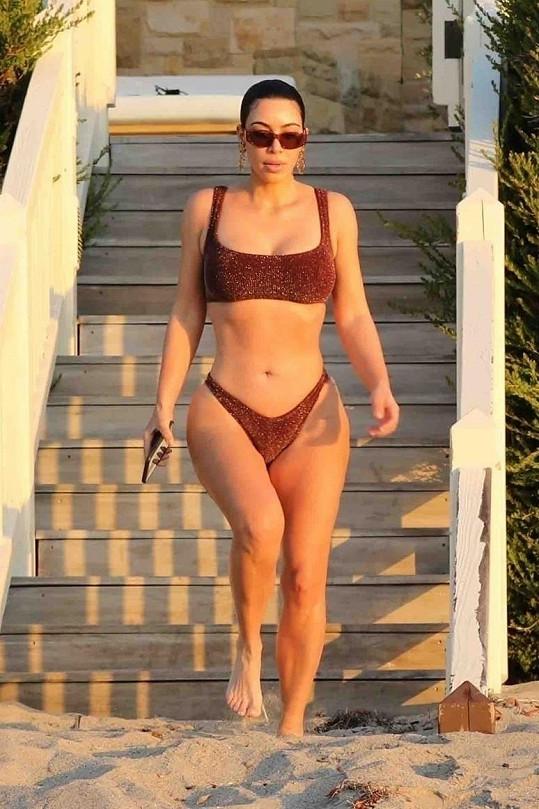 Kim Kardashian předvedla fuguru v bikinách.