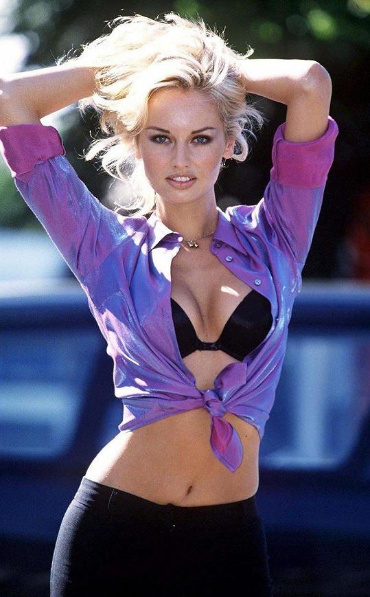 Adriana Sklenaříková se v devadesátých letech proslavila reklamou na podprsenku Wonderbra.