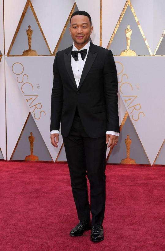 Mistrně ušitý oblek na míru od Gucciho doplnil John Legend ručně uvázaným motýlkem.
