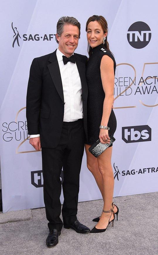 Hugh Grant cenu za roli v seriálu Skandál po anglicku nezískal, zabodoval ale manželkou.