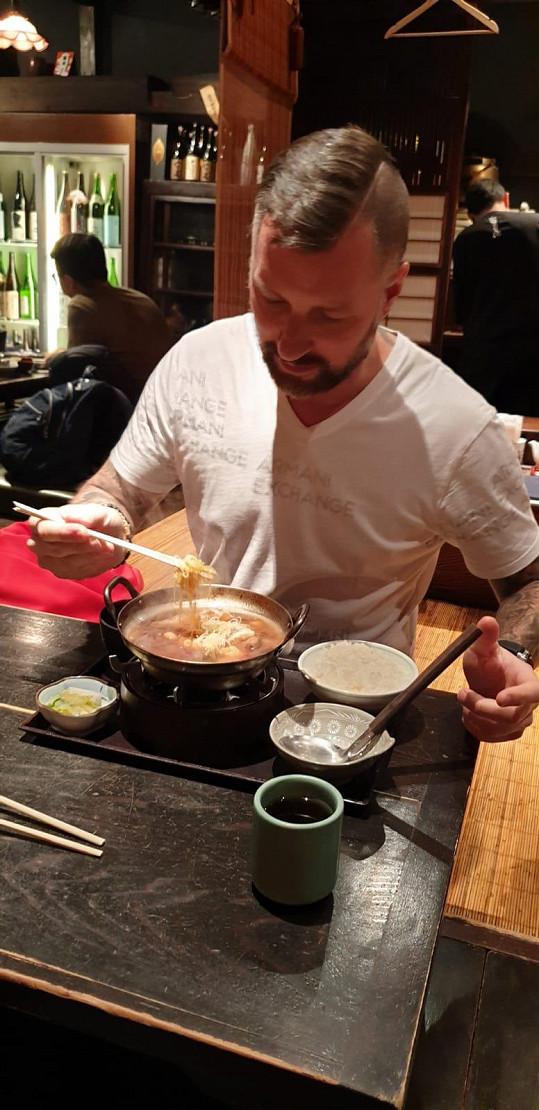 Pochutnal si na polévce Udon.