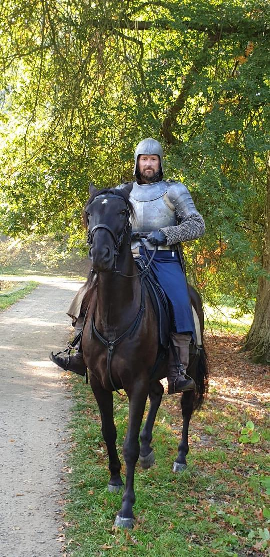 Učí se jezdit na koni.