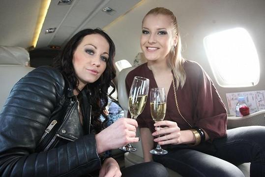 Jitka s Agátou popíjely francouzské šampaňské.