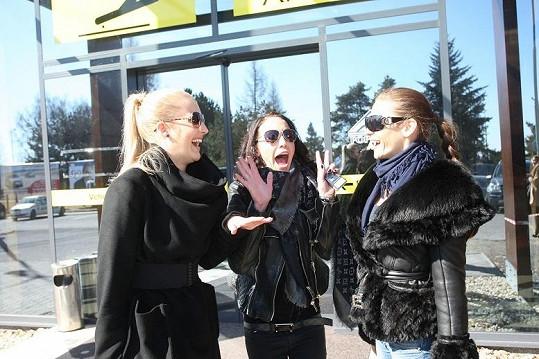 Jitka s Agátou a Andreou na letišti v Popradu.