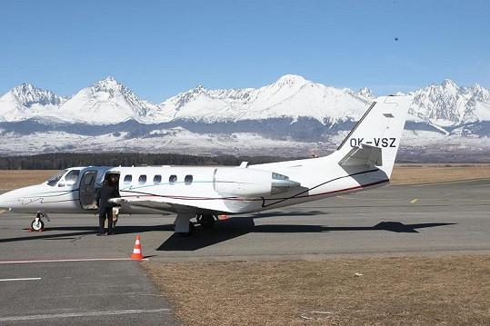 Přiletěly letadélkem pro sedm cestujících.