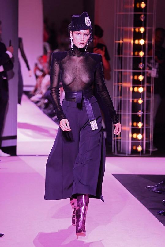 Bella Hadid oblékla průsvitný model.