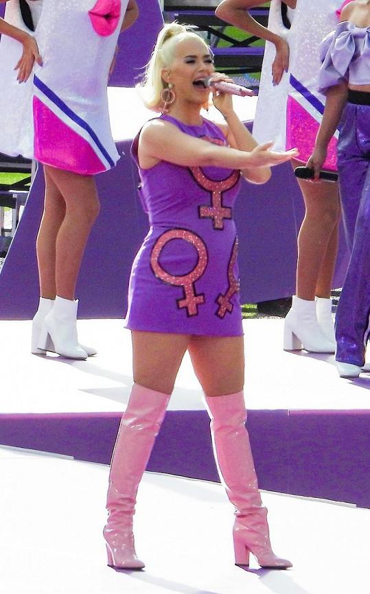 Ženy Katy podpořila nejen zpěvem, ale i svým outfitem.