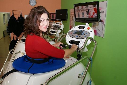 Ilona si ke cvičení ve vakuové kabině s řízeným podtlakem pustila svůj oblíbený seriál Sex ve městě.