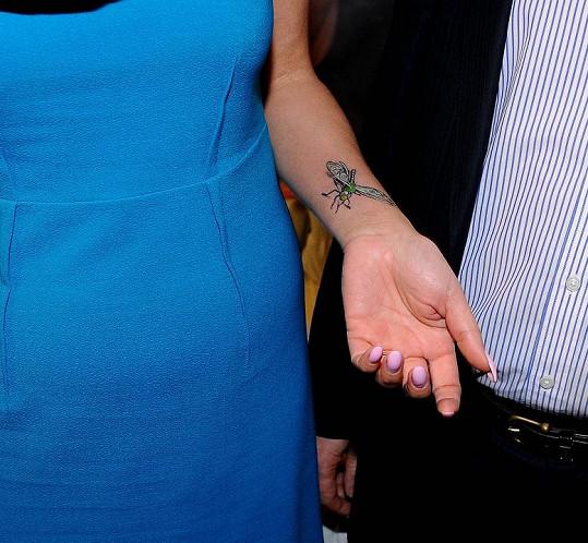 My objevili, že skrývá nové tetování.