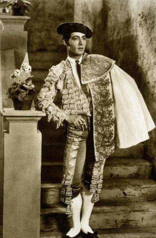 Rudolph Valentino ve slavném filmu Krev a písek (1922)