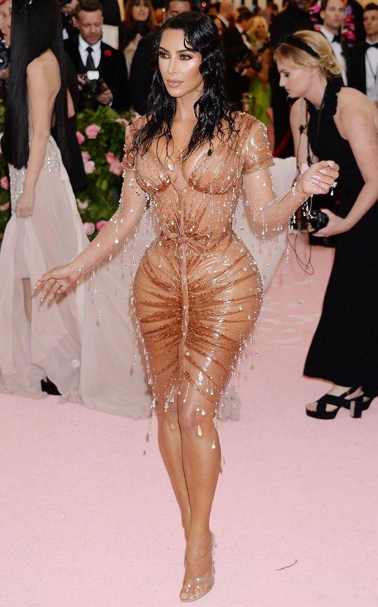 Kim Kardashian na Met Gala stáhla pas v korzetu.