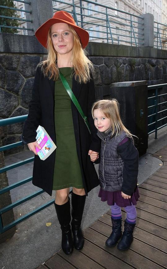 Monika Zoubková s dcerou Stellou Marií dorazily na křest nové knihy Patrika Hartla.