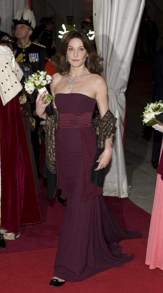 Elegantní róba Carly Bruni.
