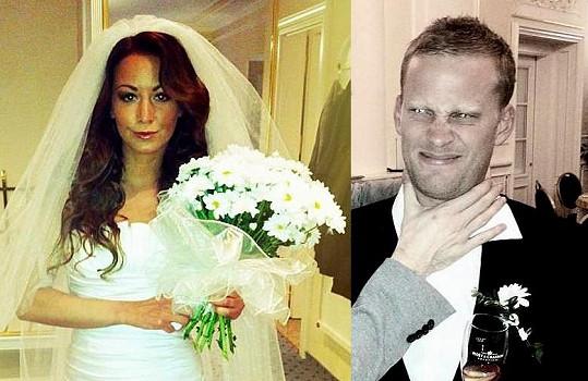 Takhle snoubenci během obřadu vypadali.