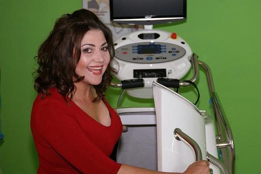Usměvavá Ilona Csáková na samém začátku cvičení.