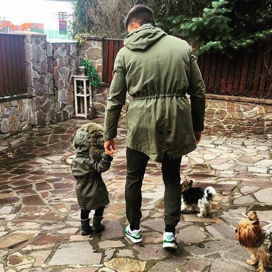 Michal Hrdlička se o malou dceru umí postarat.
