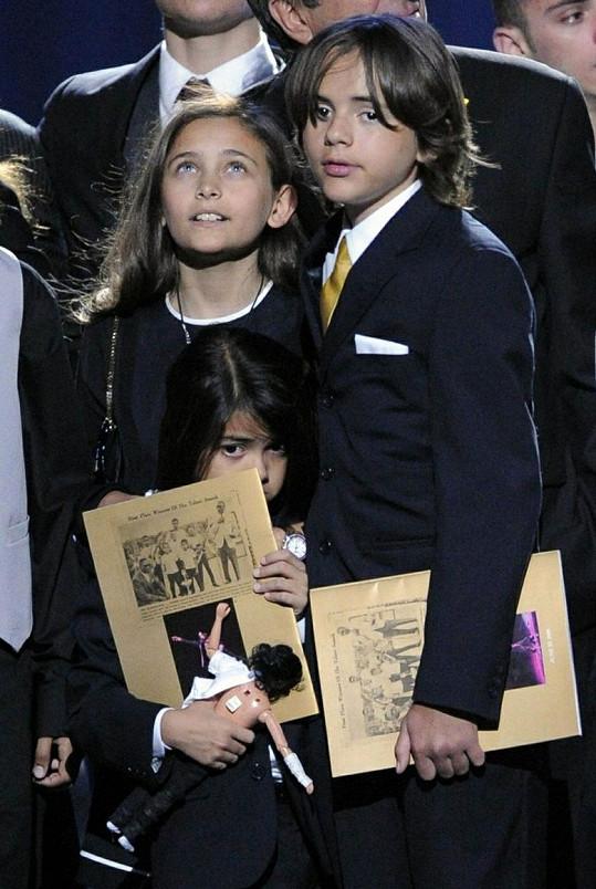 Paris a Prince přihlíželi, jak doktor Murray neúspěšně oživuje jejich otce.