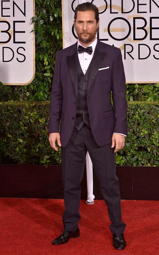 Pán s bradkou Matthew McConaughey vypadal díky modelu s vestičkou vedle své manželky Camily Alves tak trošku jako ženich. Ve smokingu Dolce & Gabbana v barvě lilku působil možná víc zanedbaně, než bylo zdrávo.