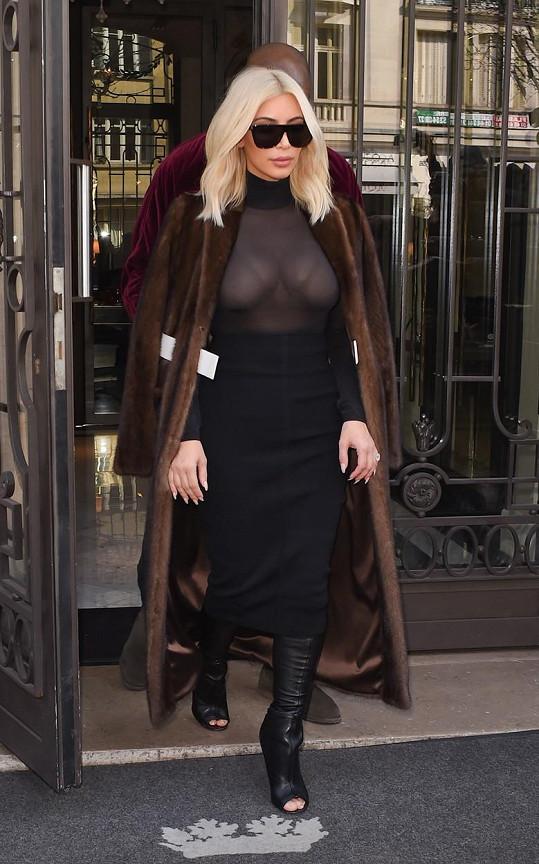 Kim v Paříži vystavila ňadra.