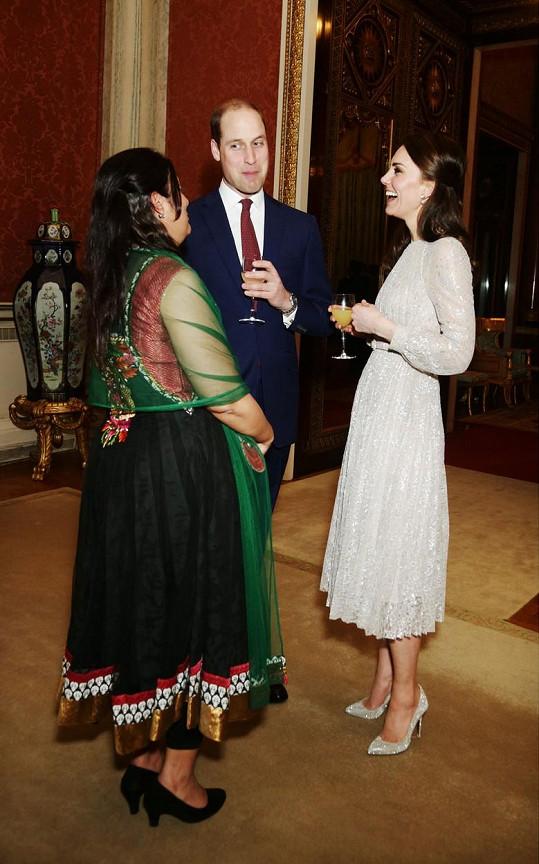 Střevíčky vévodkyně Kate zářily do dálky a jejich nositelce dělaly krásně malou nožku...