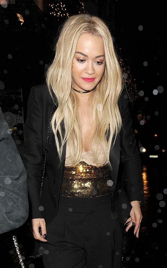 Rita Ora vyrazila na narozeninovou oslavu.