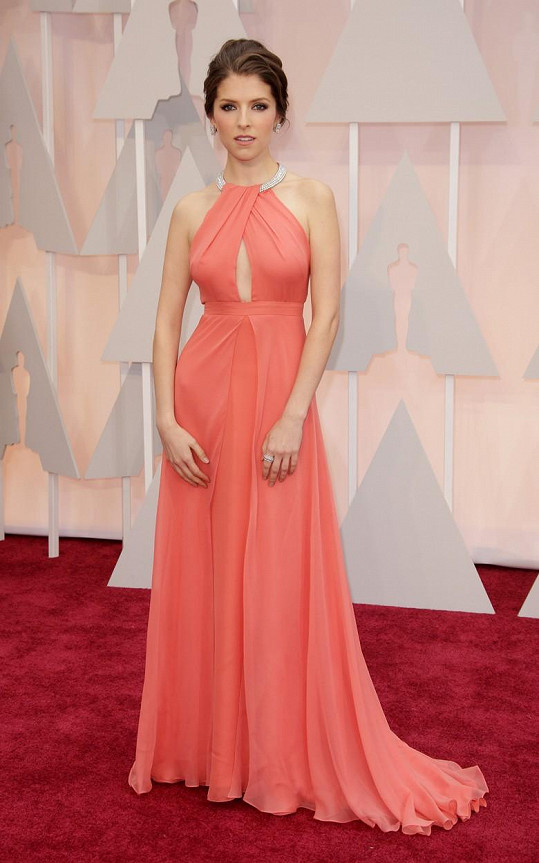 Jako meruňka k nakousnutí působila Anna Kendrick v úchvatném modelu Thakoon v barvě korálu.