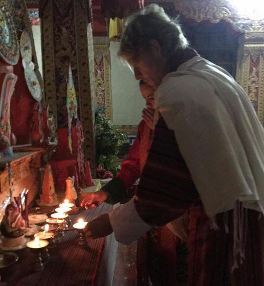Dvojice při bhútánském obřadu, kde si vyznali lásku.