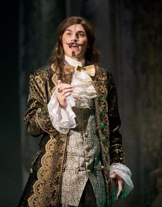 Jako král má samozřejmě paruku a v té době moderní vousek.