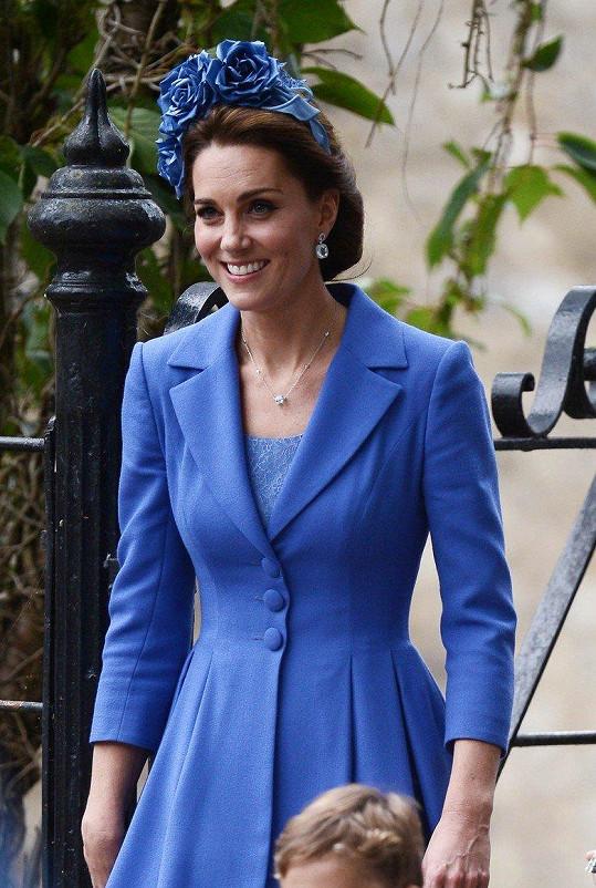 Na svatbu kamarádky Kate dorazila v oblíbené modré barvě.