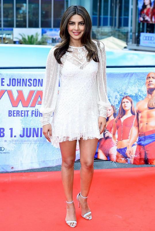 Priyanka Chopra v Berlíně propagovala film Pobřežní hlídka. Velmi podobné šaty, jen delší, oblékla na setkání s premiérem své vlasti.