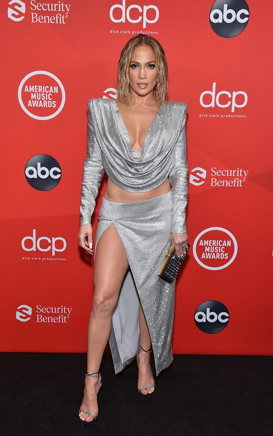 Ani po padesátce nepřestává být sexsymbolem. Takhle jí to seklo o víkendu na předávání cen American Music Awards.