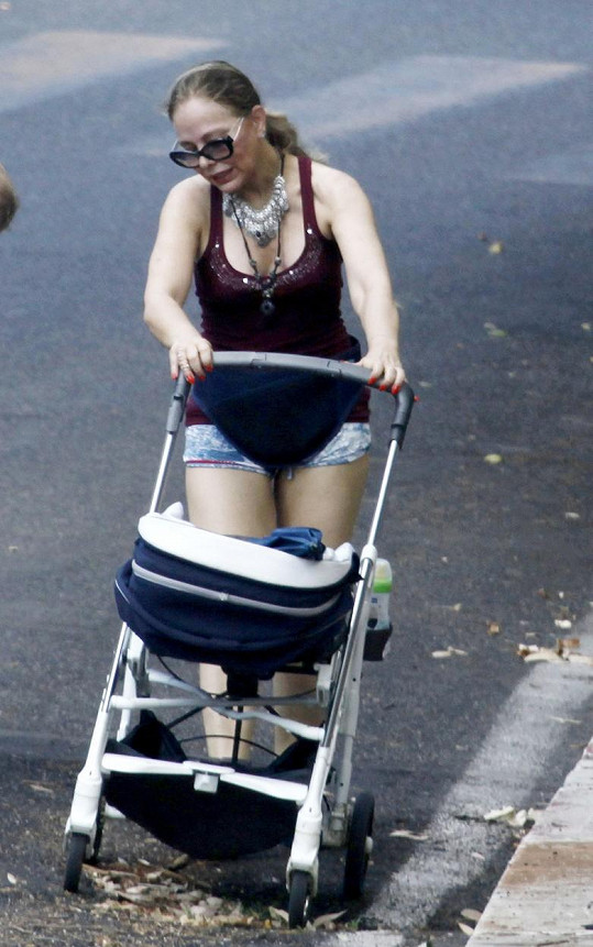 Tohle není tradiční outfit pro babičku.