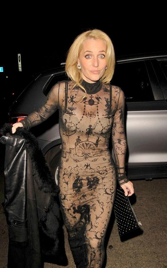 Gillian Anderson překvapila odvážným outfitem.