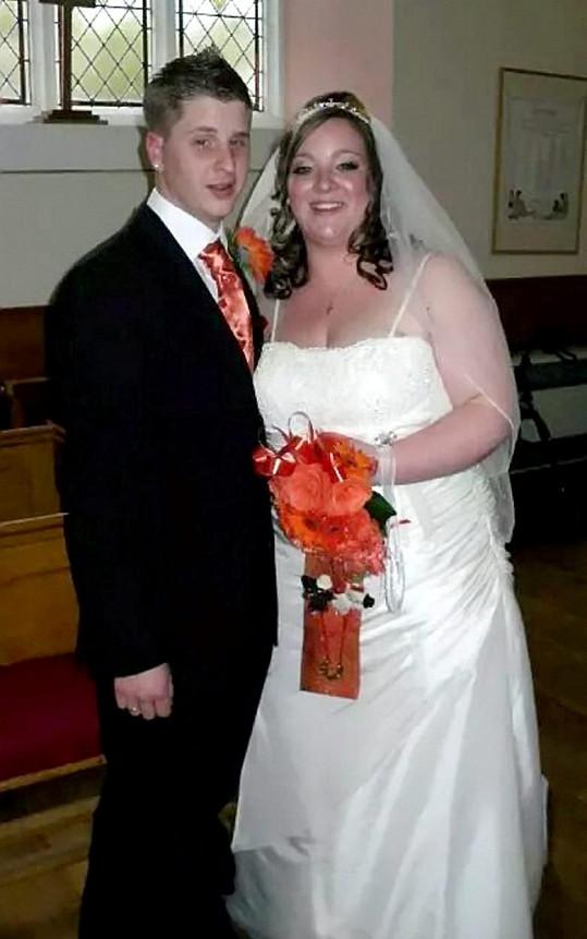 Do svatebních šatů se málem nenacpala.