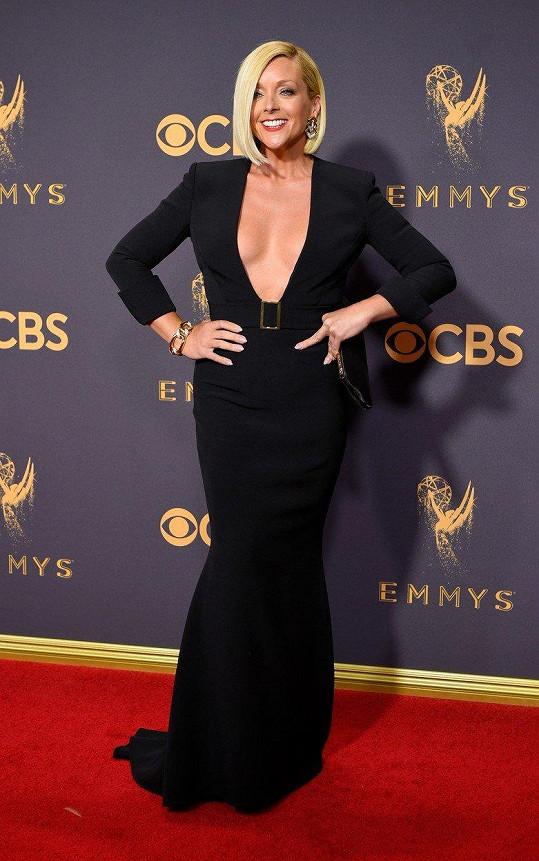 Jane Krakowski zvolila šaty s pořádně odvážným výstřihem.
