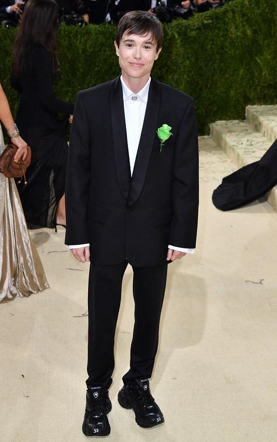 Transgender herec Elliot Page ve smokingu Balenciaga