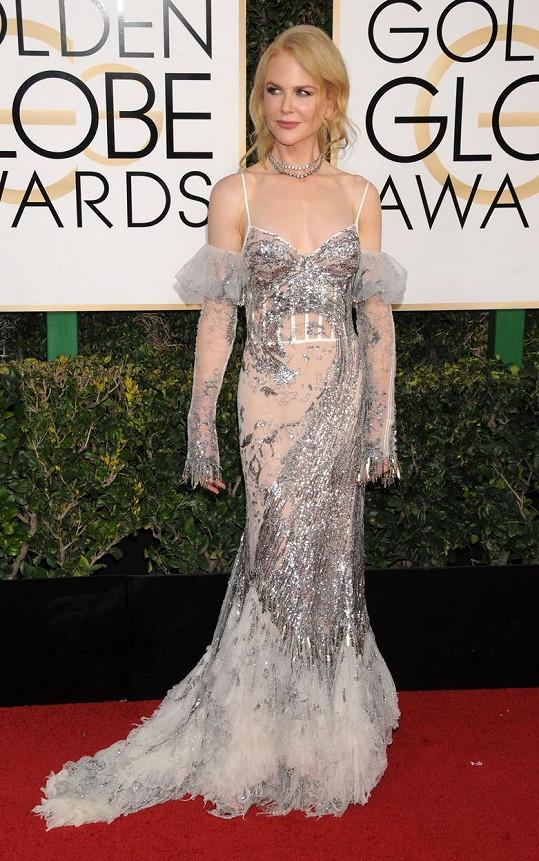 V šatech pokrytých flitry a zdobených rajčím peřím od Alexandera McQueena mohla být Nicole Kidman za hvězdu večera, kdyby nenasadila ty zbytečné šifonové návleky na ruce.