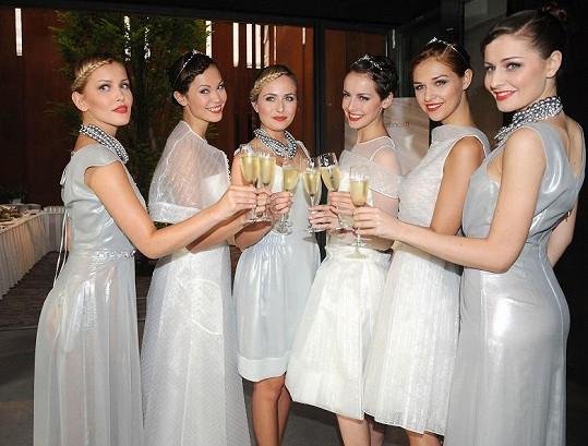Linda Bartošová (vlevo) s ostatními modelkami po přehlídce na sklence sektu
