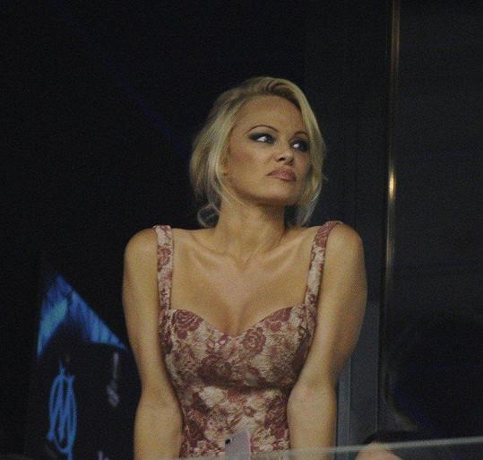 Pamela Anderson na fandění zvolila elegantní šaty.