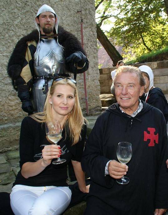 Karel s Ivanou si připili vínem z místní vinotéky.