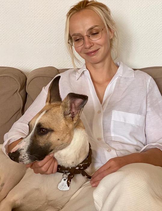 V reálu Jana Plodková psa nemá, s partnerem chovají dvě kočky.