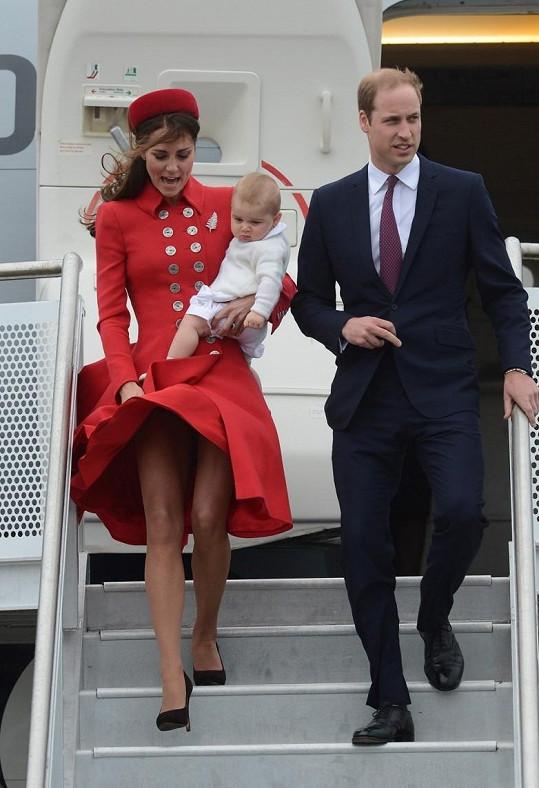 Ihned po příletu na Nový Zéland na sebe Catherine strhla pozornost v rudém dvouřadovém kabátku pod kolena od Catherine Walker, který sladila se stejně barevným krabičkovým kloboučkem Gina Foster. Její zjev nápadně připomínal styl britské královny v padesátých letech.
