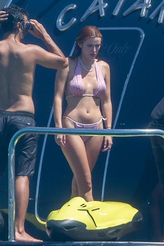 Bella se plaví s partnerem a přáteli u pobřeží Cabo.